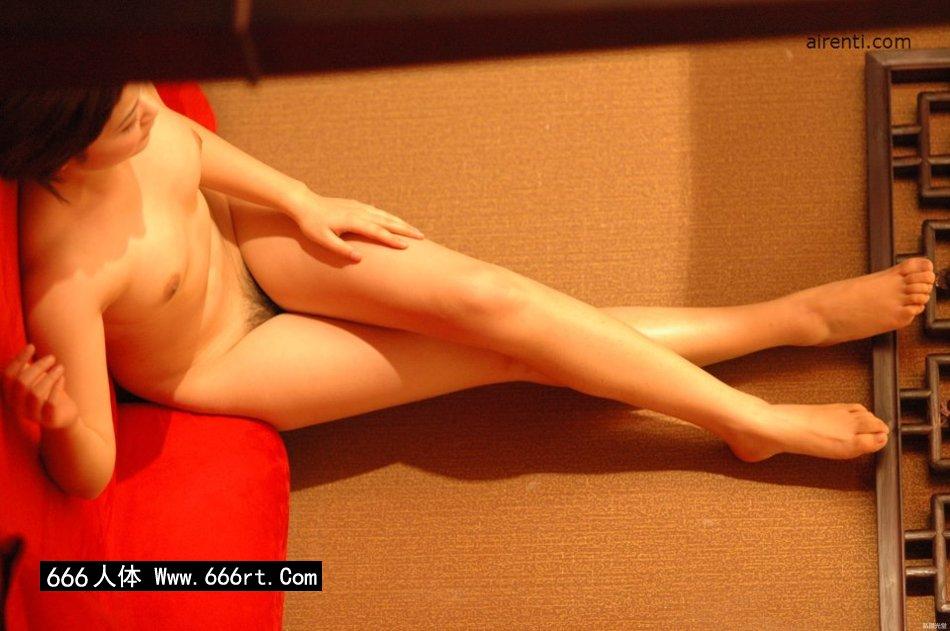 丰润白皙妖艳的名模Judy床上造型