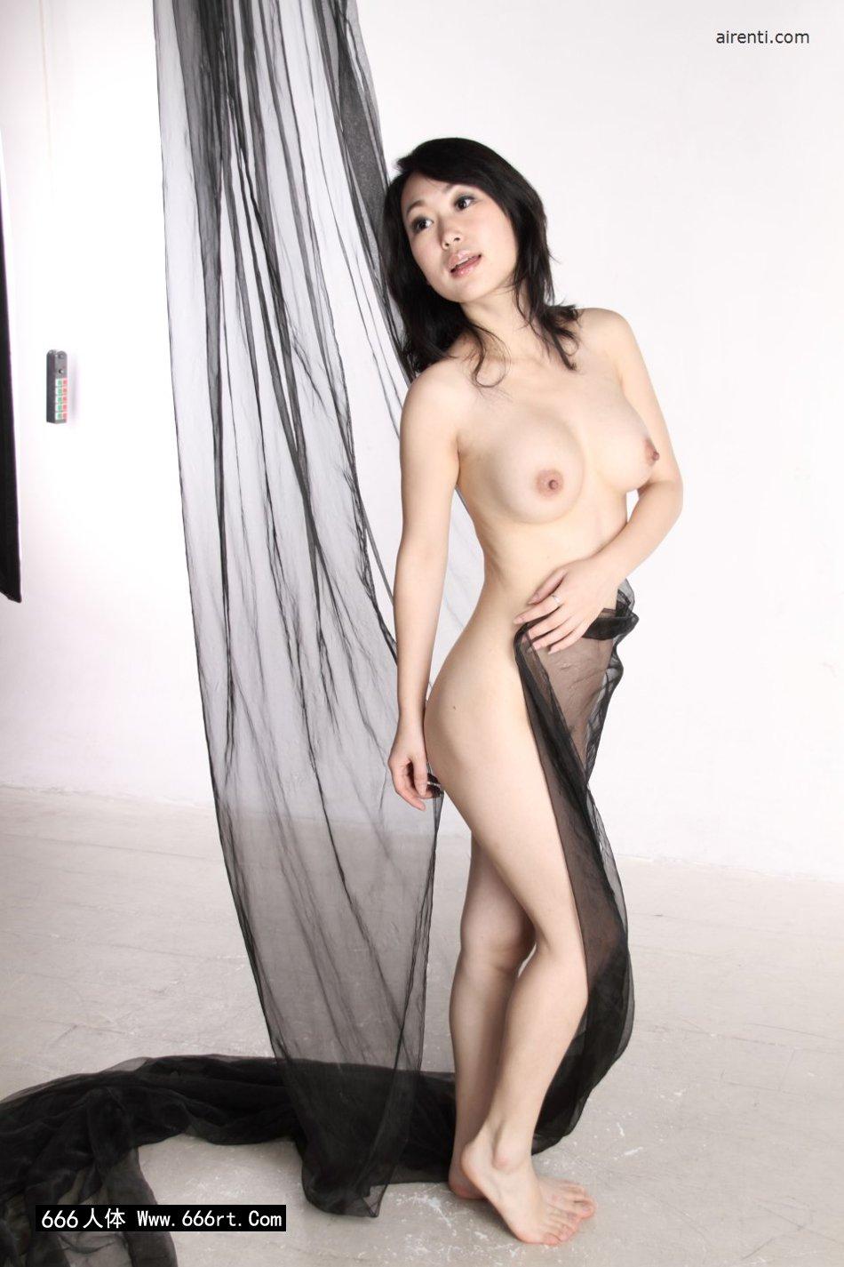 棚拍黑纱缠体的白皙熟妇苏蕾