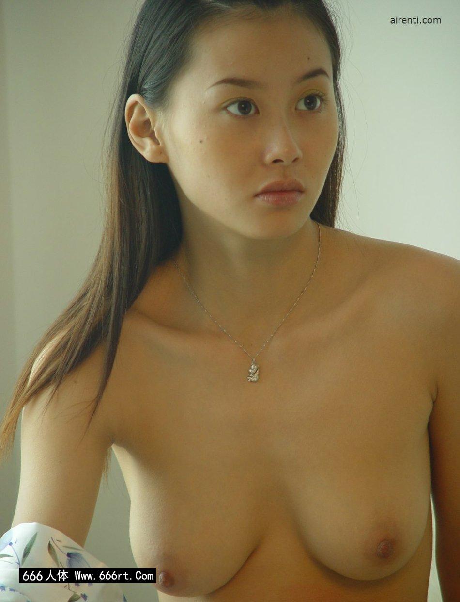 身材非常劲爆的王丹居家人体写照
