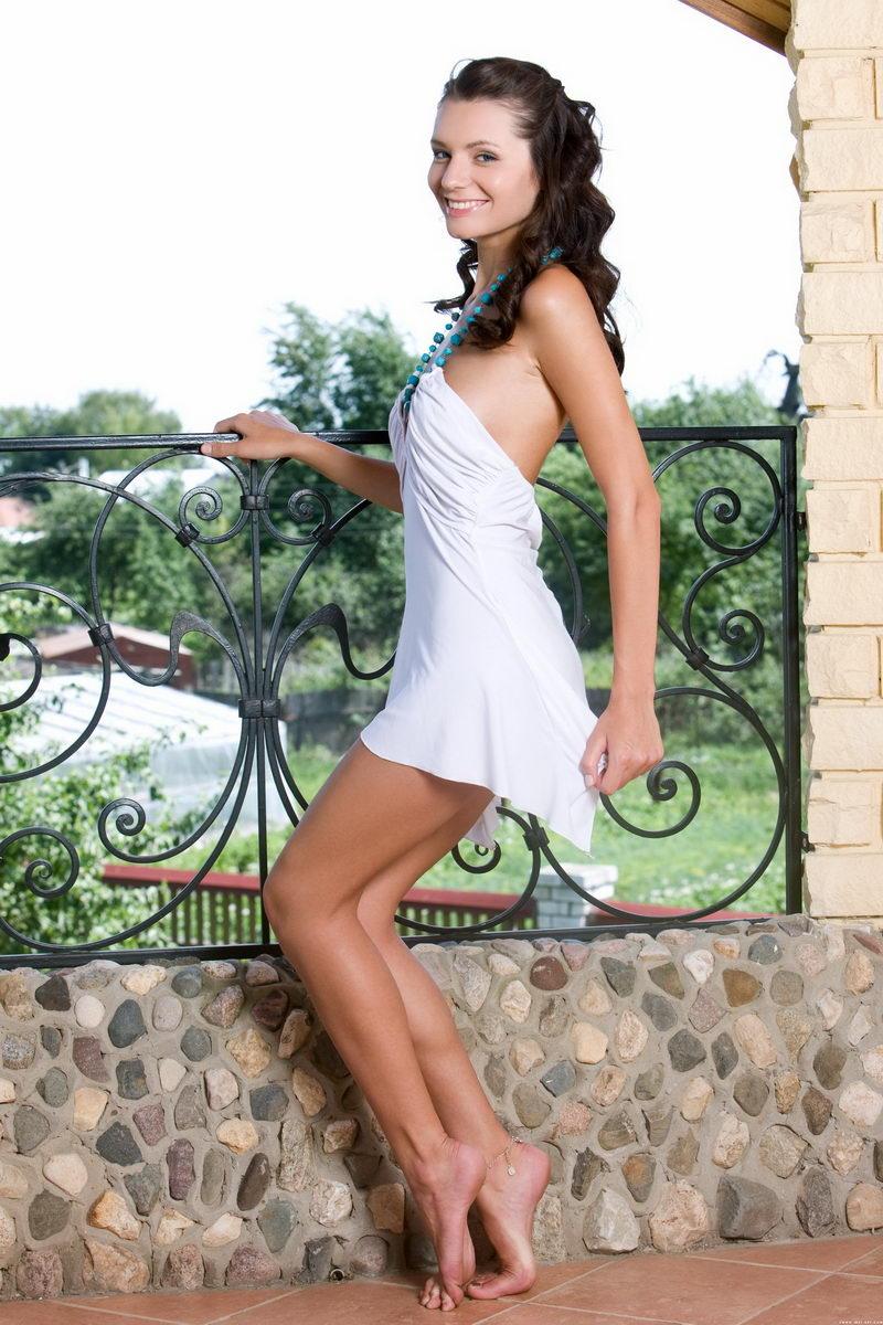 外拍别墅阳台上妩媚俏丽的美模
