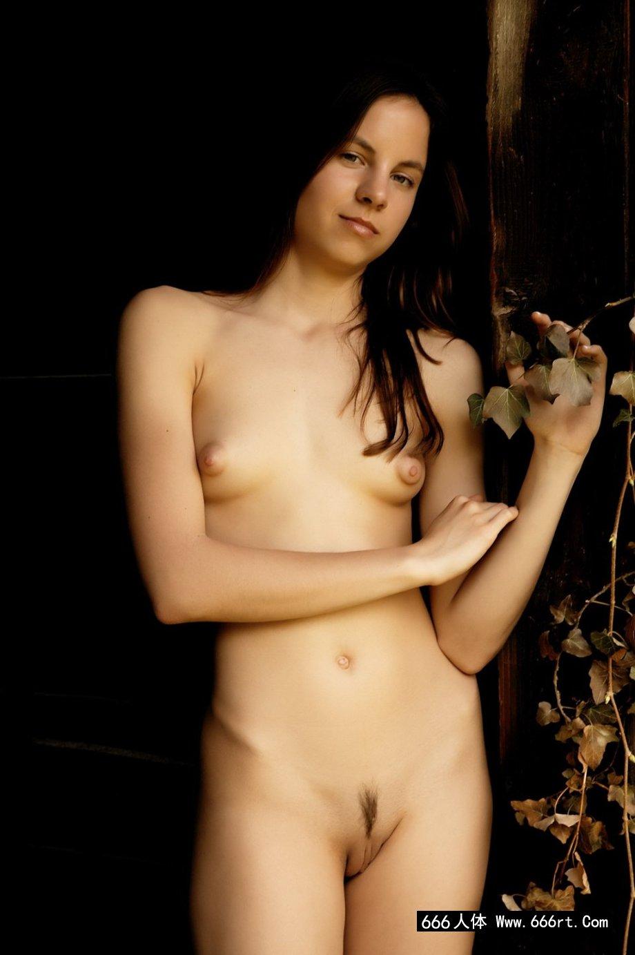 西班牙年轻模特Alt小木屋门外图片
