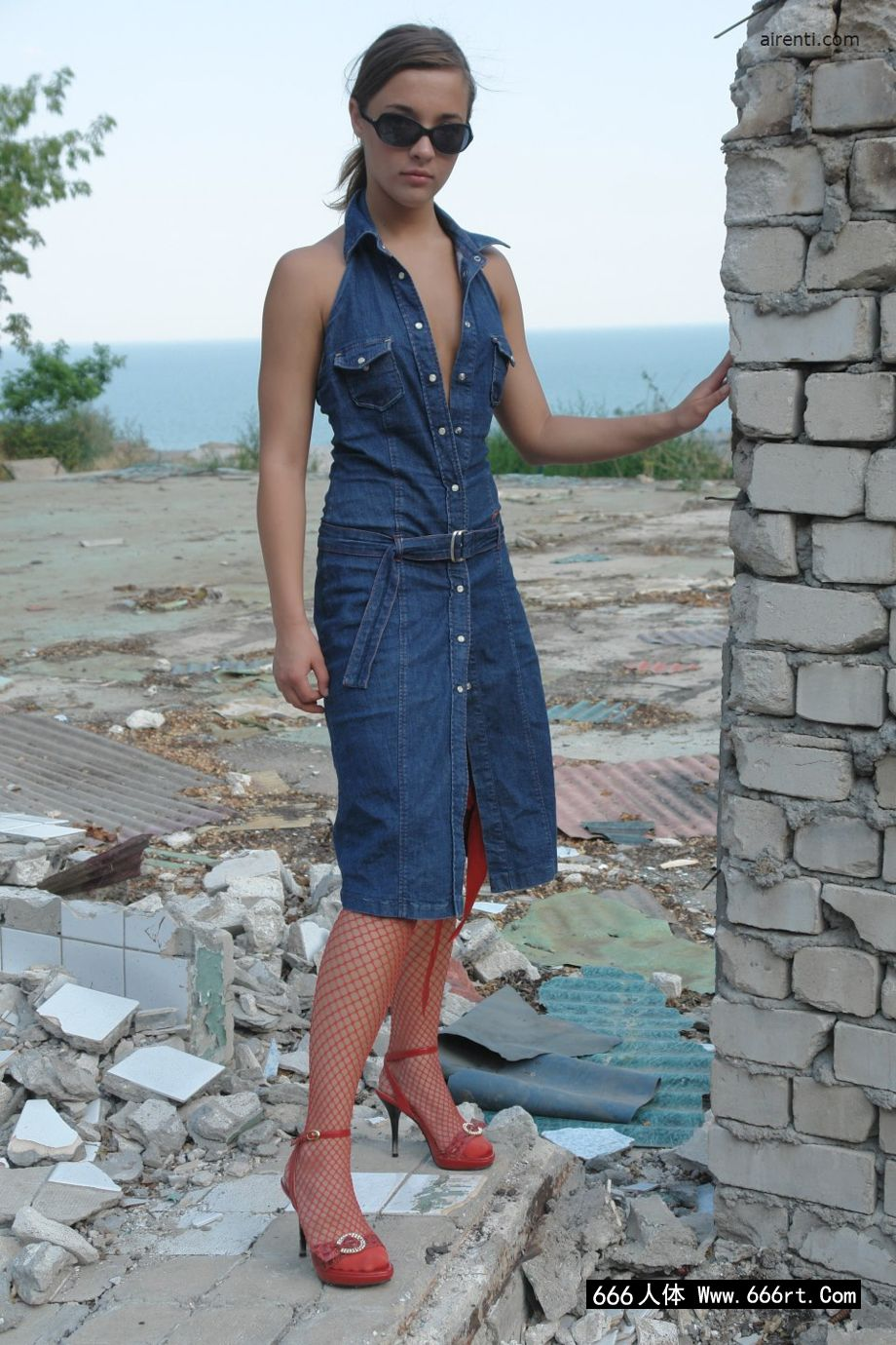 欧洲超模玛吉身穿渔网装外拍人体艺术
