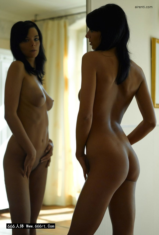 镜子前自拍的墨西哥裸模Julia