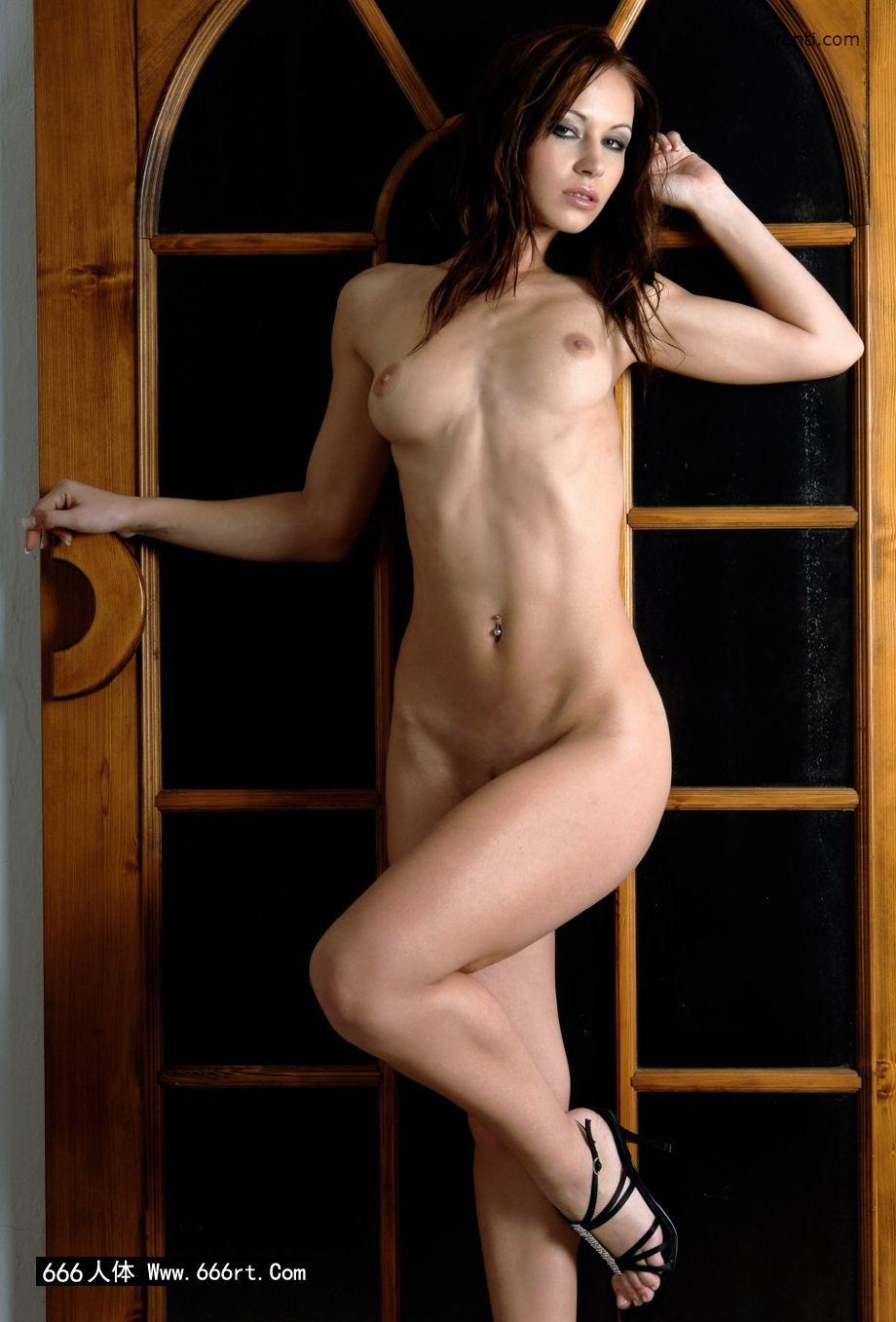 棚拍木门下身材超好的裸模Gladys