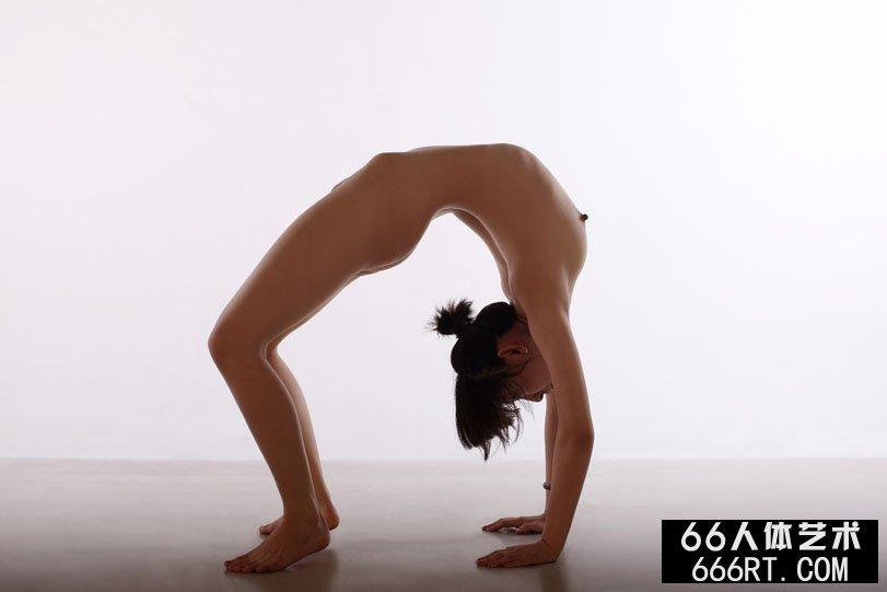 体操美人晨雨棚拍下腰一字高难度动作