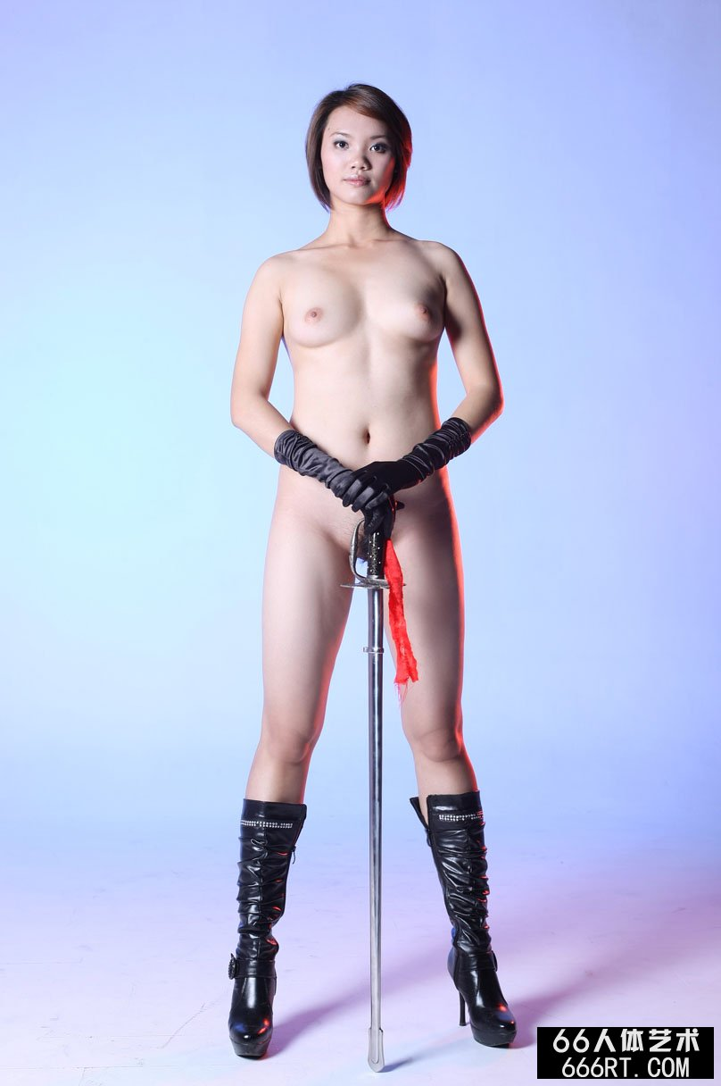 棚拍身材丰腴的短发美模高妹舞剑