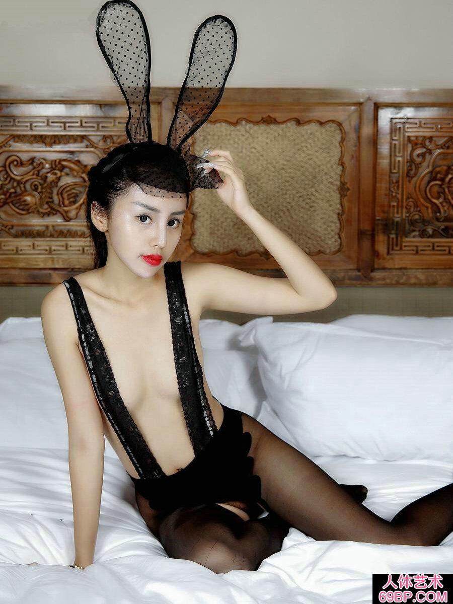 艳丽娇嫩的黑色蕾丝兔女郎私密照