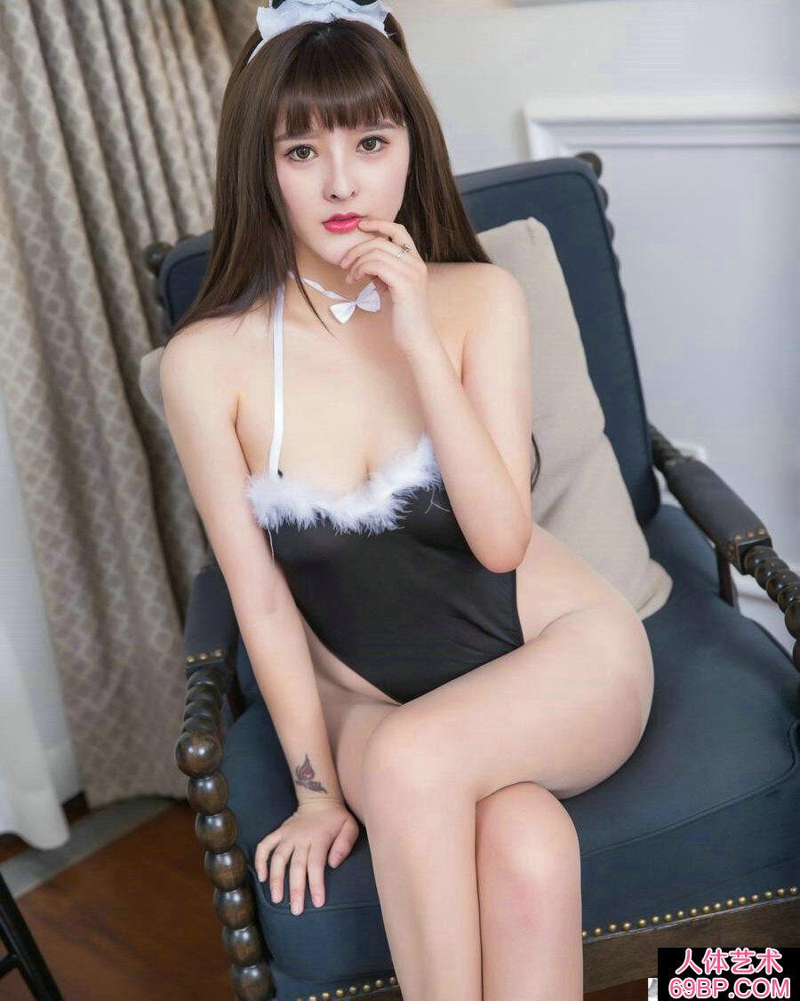 丰润妩媚的兔女郎杨曼妮跪地拍摄人体