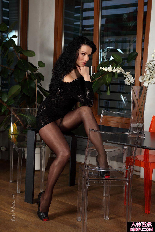 俄罗斯少女穿超薄黑丝拍摄大尺度写照