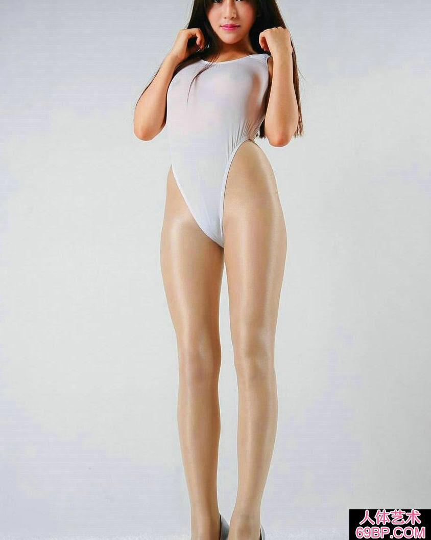 棚拍穿无内肉丝高叉内衣的绝品长腿超模