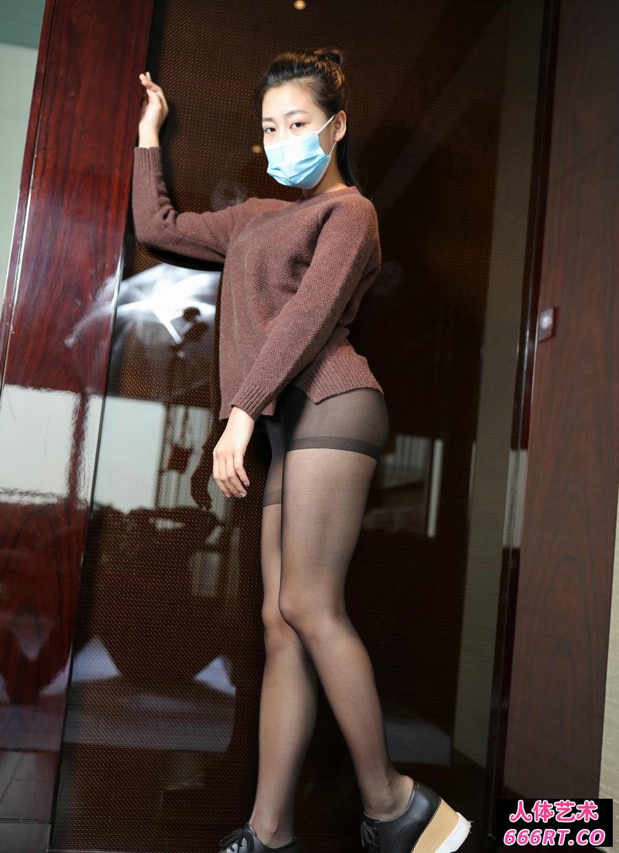 戴口罩的嫩模红红穿超薄黑丝无内人体摄影