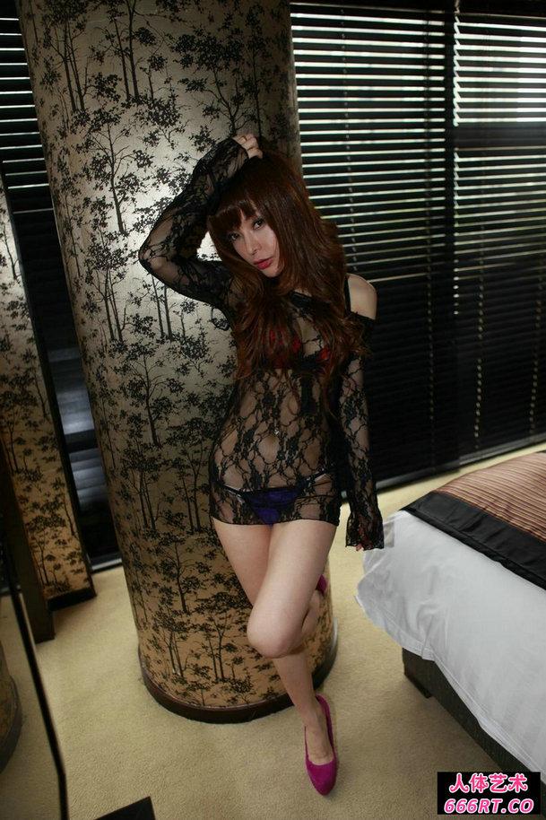 身穿黑纱情趣装的少女赵雪风情私密写照图