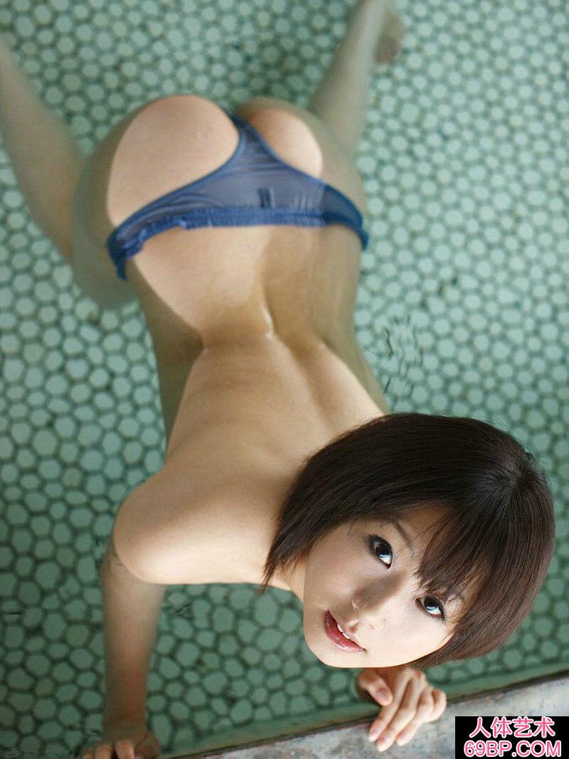 胸大屁股翘做起来好爽_东洋乖巧的圆脸美嫩模泳池摄影
