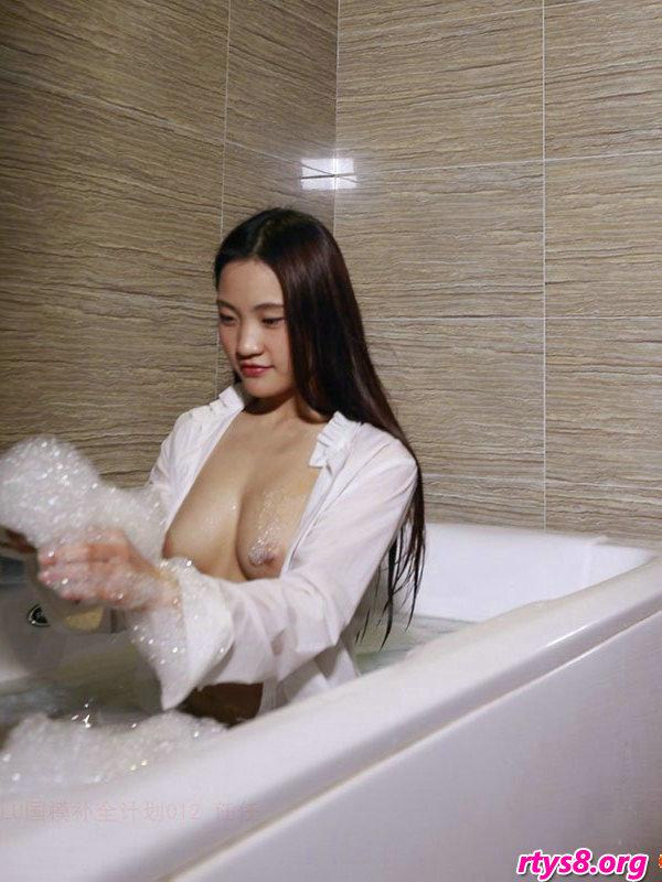浴缸�Y洗泡泡浴的美胸��模人体写照,gogo人体高清摄影美女