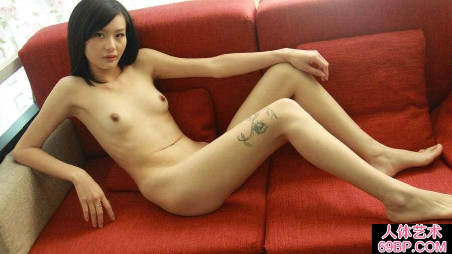 朴素模特若彤红色沙发上无圣光人体秀,gogo人体台湾冰冰