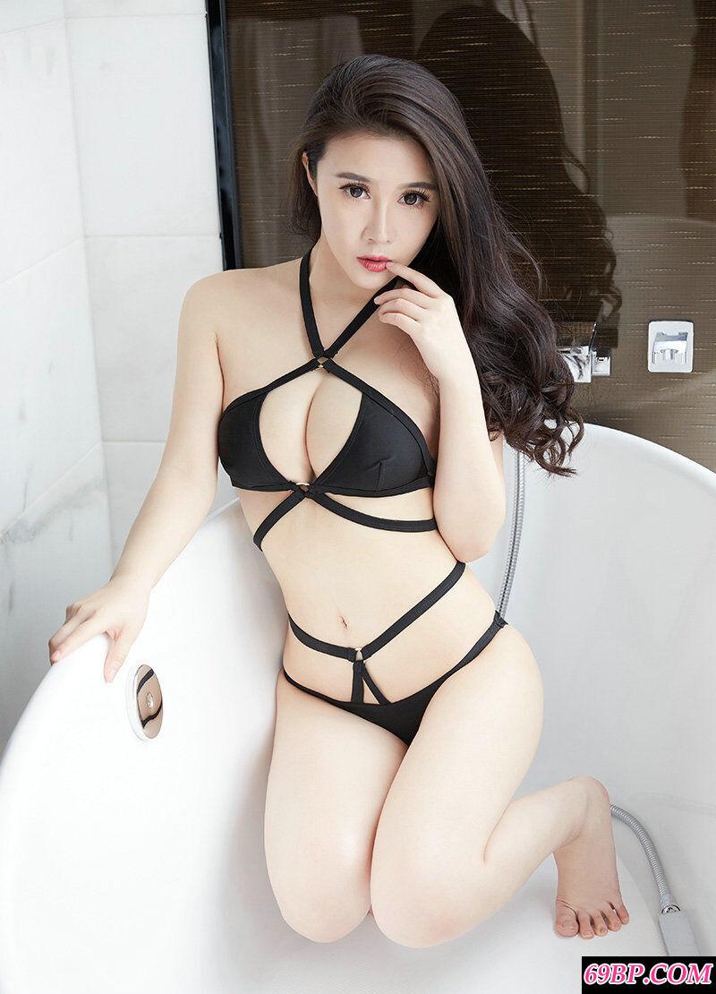 肤白貌美的少女萱萱黑色内裤摄影