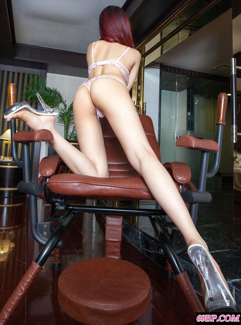 高跟长腿靓女穿透明内裤居家人体图片