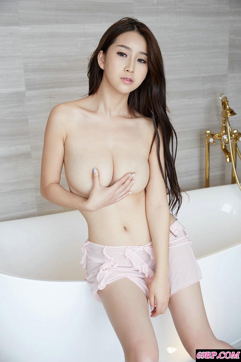 湘妹子真希豪华浴缸里拍摄人体写照