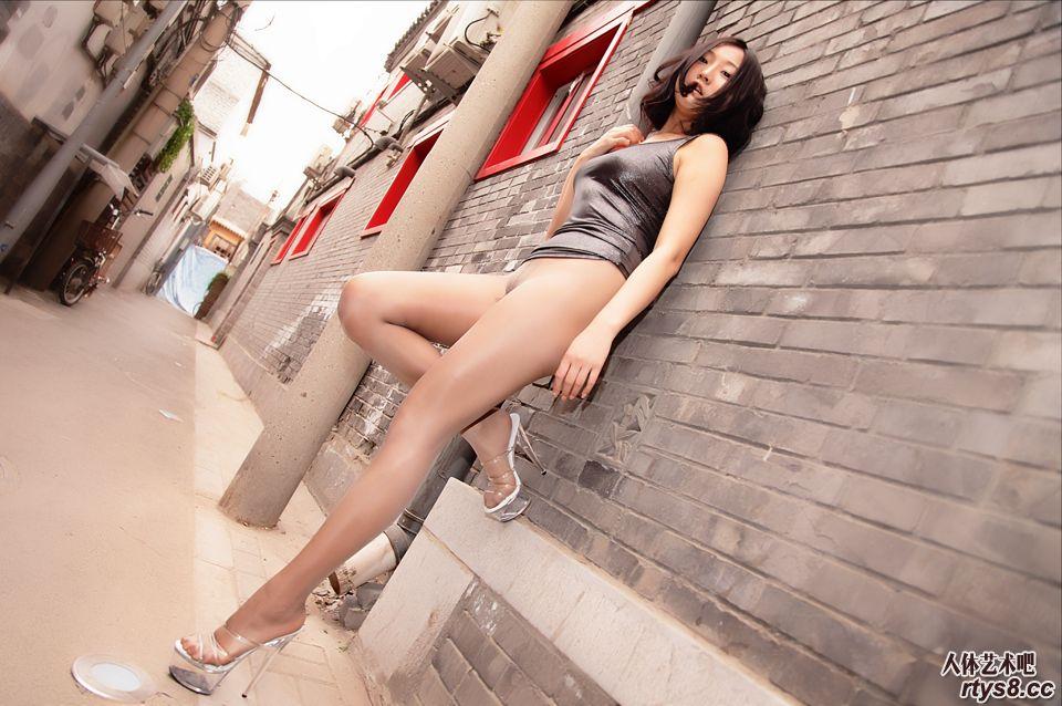 诱惑丝袜靓妹胡同里大尺度展示美臀